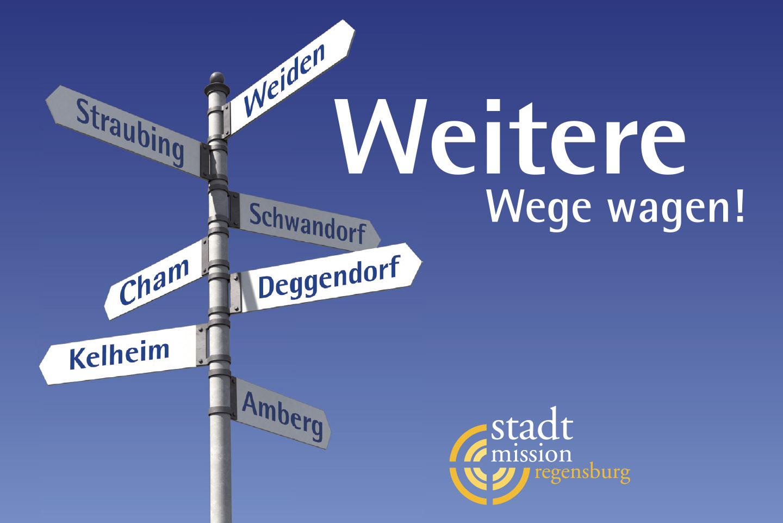 """Keyvisual der Stadtmission Regensburg, ein Wegweise mit Ortsnamen und dem Claim """"Weitere Wege wagen"""""""
